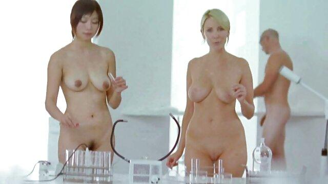 La señora jugando con japonesa violada en el baño esclavo